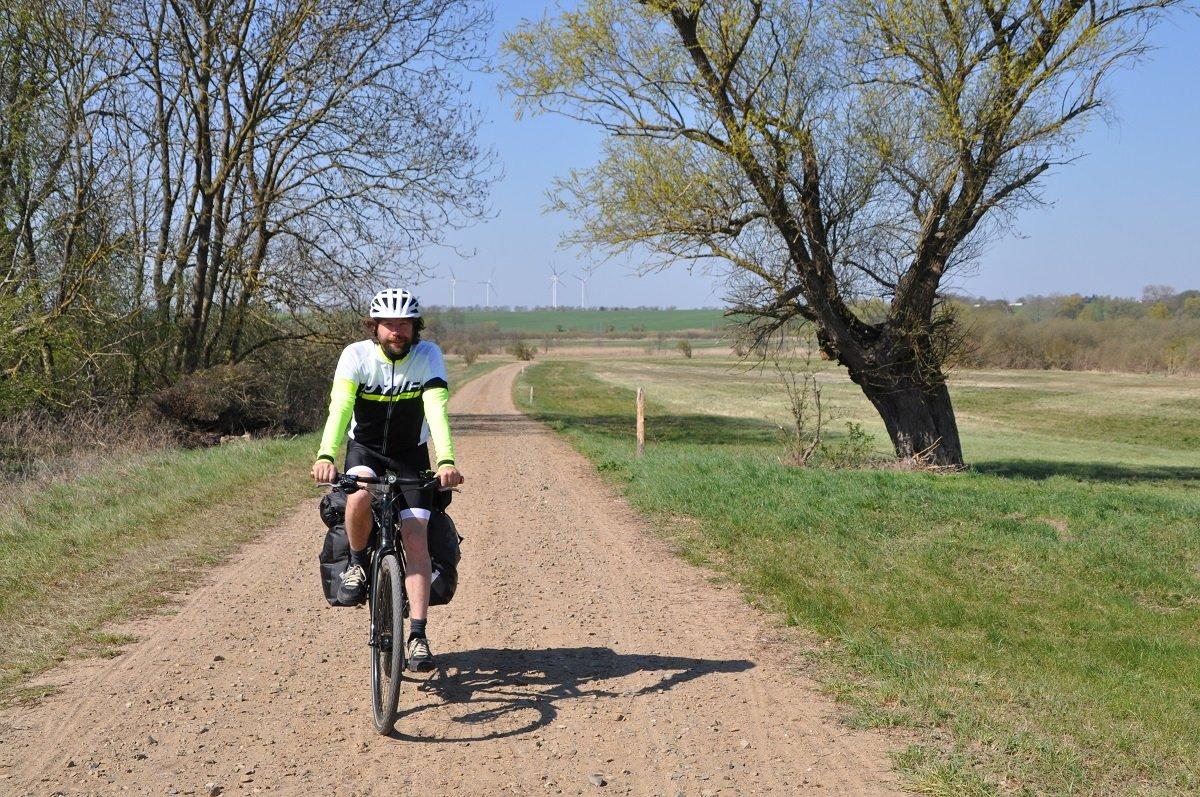 Der unbefestigte Weg vor Pasewalk fordert Rad und Reiter.