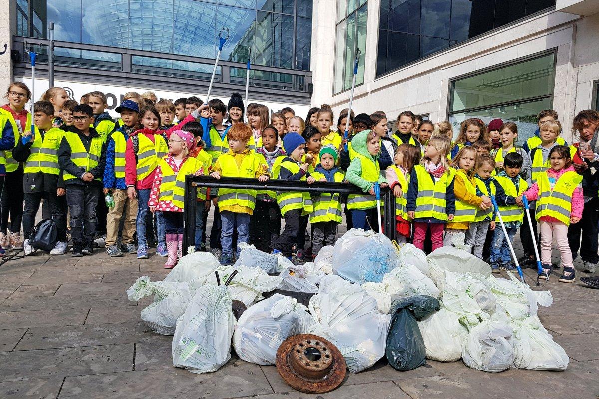 150 Kinder sammeln bei einem Sternmarsch in Steglitz Müll