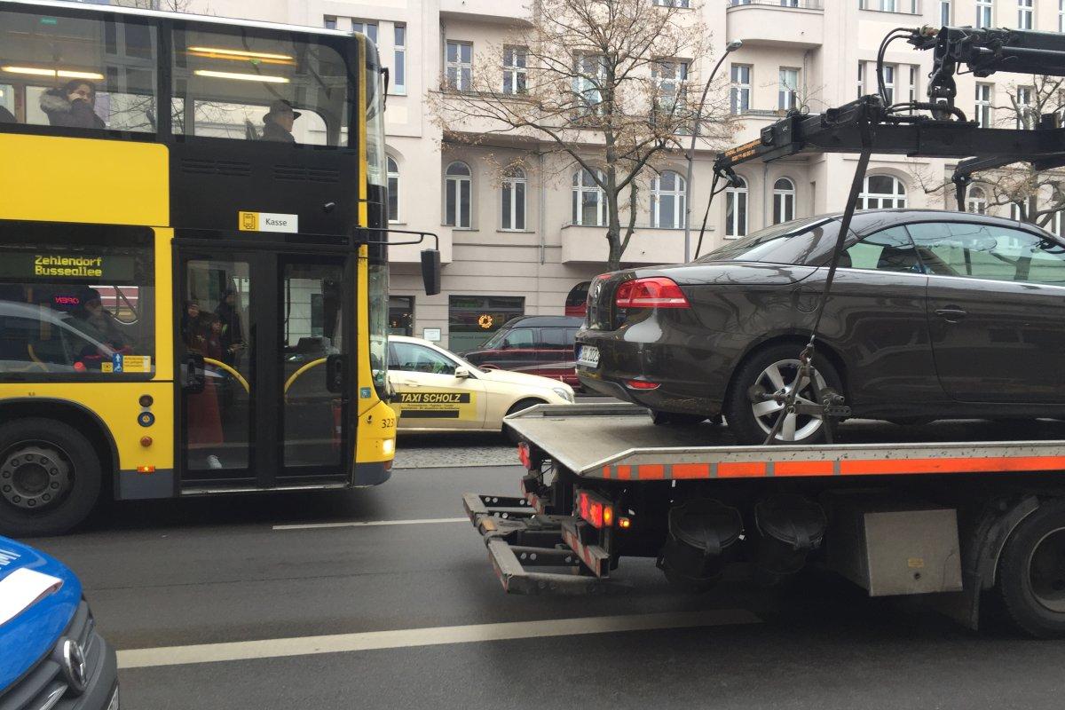 Blaulicht-Blog: Autofahrer schneidet BVG-Bus - Baby schwer verletzt