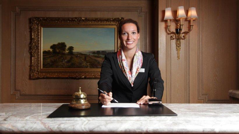 menschen im hotel  arbeiten  wo andere urlaub machen