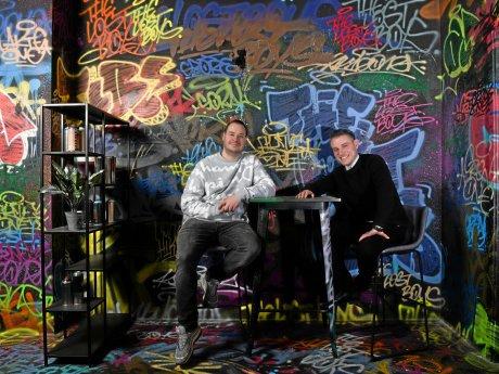 """Das Team in der """"Pawn Dot Com Bar"""": Dustin Render (l.) und Marius Döring^"""