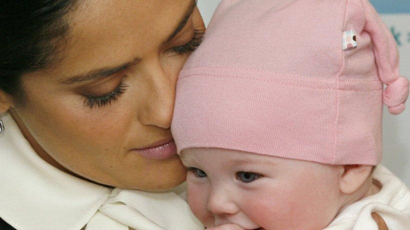 Salma Hayek Stillt Fremdes Baby