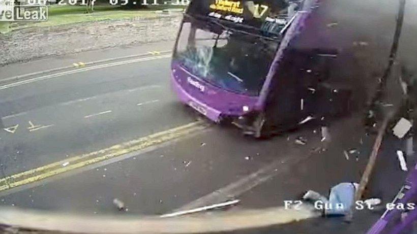 ДТП со счастливым исходом: сбитый автобусом британец пошел в паб