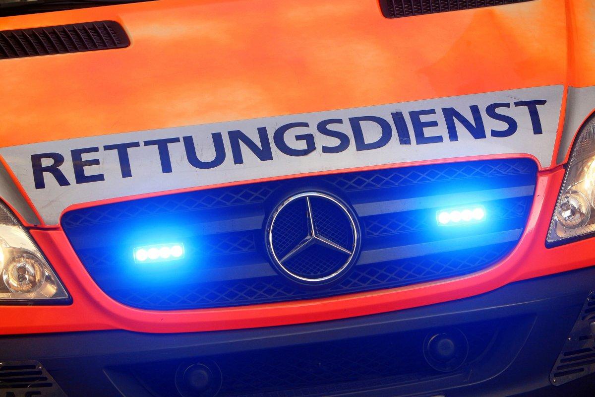 Polizei und Feuerwehr in Berlin: Schwerer Unfall auf A2 - Bus rast unter Lkw - Acht Verletzte