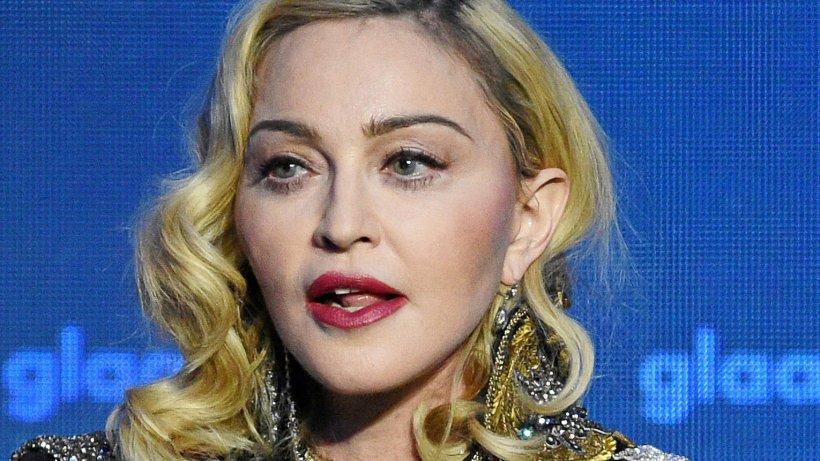 Madonna halb nackt auf Instagram - und auf Krücken