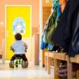 """ARCHIV - Ein Junge fährt am 12.05.2014 in einer Kindertagesstätte in Stuttgart (Baden-Württemberg) mit einem Bobbycar an einem Garderobenständer vorbei. Foto: Sebastian Kahnert/dpa (zu lsw: """"Arbeitszufriedenheit in Kitas bei Beschäftigten"""" vom 12.02.2016) +++(c) dpa - Bildfunk+++"""
