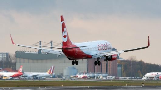 Ein Flugzeug der Fluggesellschaft Air Berlin landet am 09.11.2015 in Berlin auf dem Flughafen Tegel. Foto: Soeren Stache/dpa | Verwendung weltweit