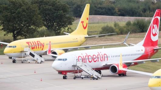 Flugzeuge von Tuifly und Air Berlin parken am Flughafen in Hannover