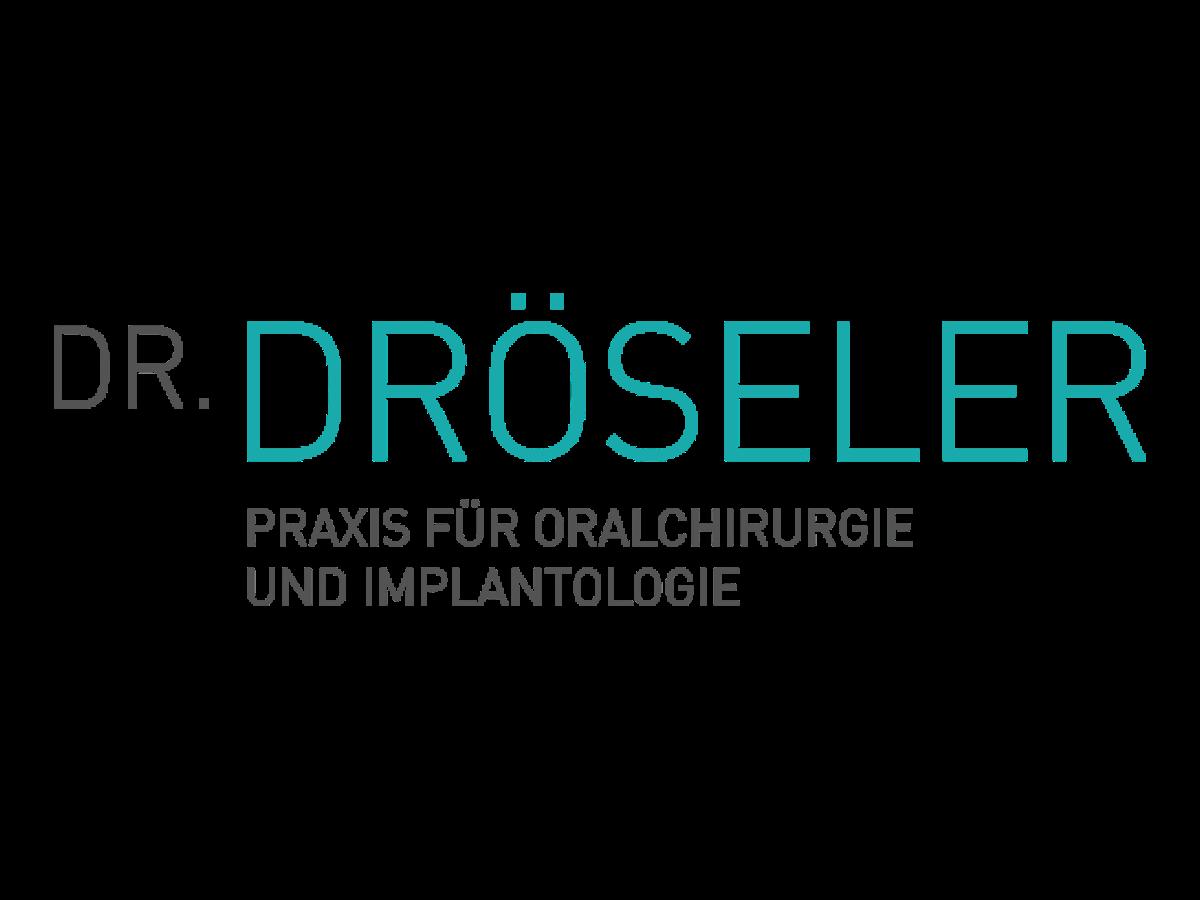 Auch bei kompletter Zahnlosigkeit versorgt Dr. Dröseler Patienten mit einem stabilen, festsitzenden Zahnersatz an nur einem Tag.